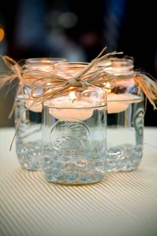 De jolis bocaux en verre, un peu d'eau et des bougies flottantes, permettront d'obtenir de jolis photophores pour vos tables extérieures.