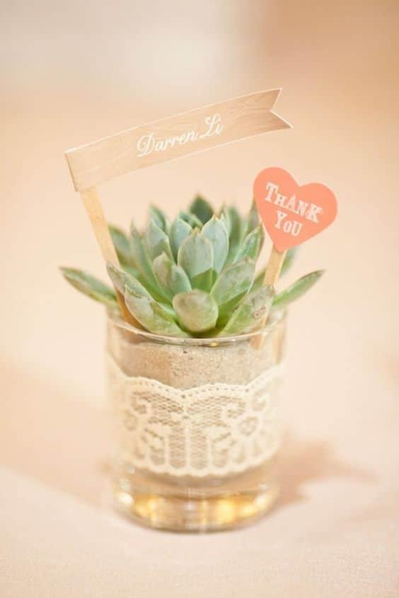 Cette plante marque-place est en plus une bonne idée de cadeaux pour vos invités.